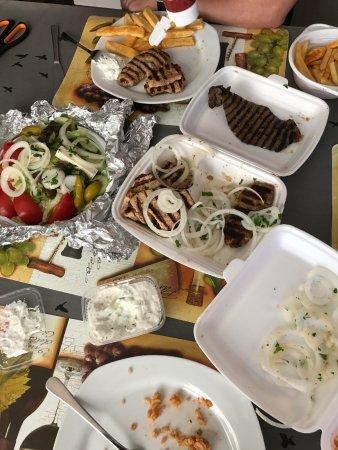 Harrislee, Tyskland: No gyros, only pork + 2 livers - tsasiki sauce and salad