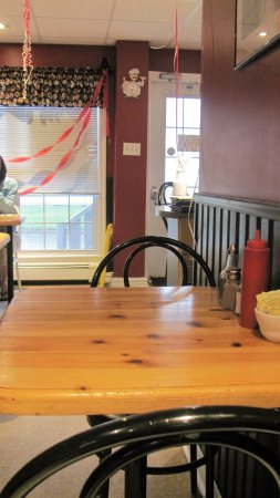 North Sydney, Kanada: Small eat-in area, more tables across the front