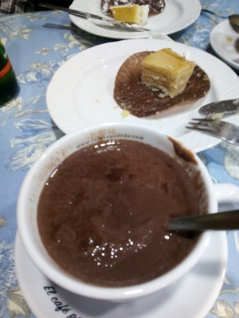 Infiesto, España: Chocolate de densidad ideal, ni tan espeso que sostenga cuchara ni tan flojo como cacao en polvo
