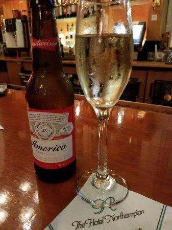 Нортгемптон, Массачусетс: The bar at Coolidge Cafe
