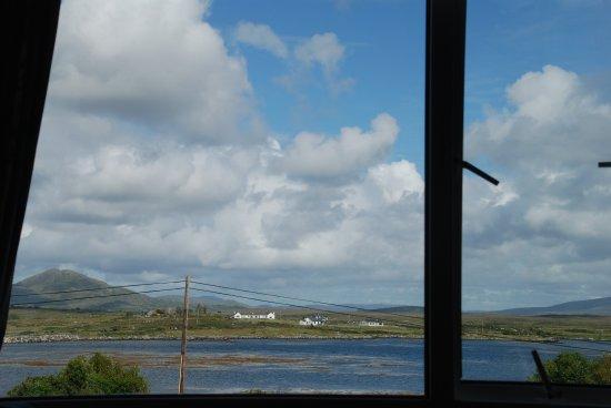 Roundstone, Ierland: Blick aus dem Zimmer auf die Bucht (bei Flut)