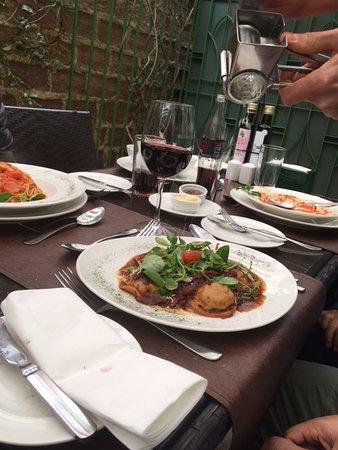 Don Vito e Zanoni: la mesa...parmesano rallado sobre sorrentinos rellenos con cordero