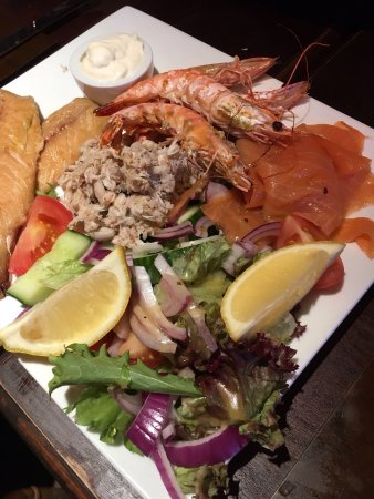 St Crispin Inn: Seafood platter to share. A delicious starter.