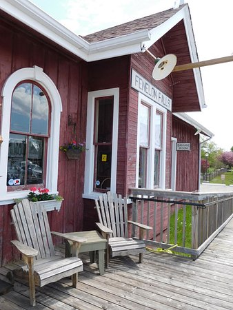 Fenelon Falls, Canada: Sit awhile and talk to the artists on duty.
