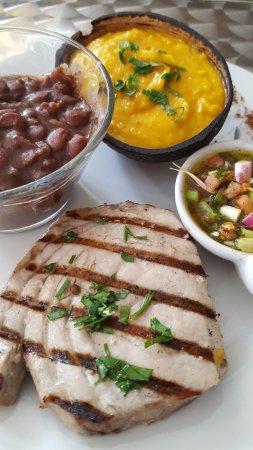 Le Carbet, Martinique : steak de thon grillé, écrasé de giraumon au lait de coco et haricots rouges