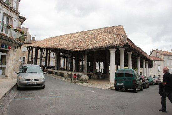Villebois-Lavalette, France: La terrasse sous les halles classées.