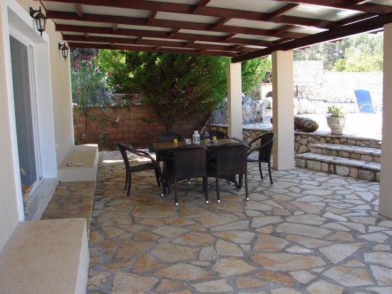 Meganisi Villas: covered seating