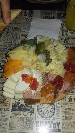 Taberna El Estomago Alegre: Tabla mixta de quesos y patés