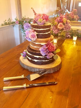 The Red Lion: Kat and Dan's beautiful wedding cake!