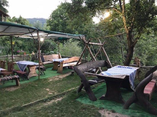 Kovachevitsa, Болгария: La terrasse/ jardin, parfait pour le petit déj