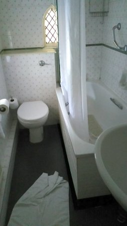 Rothley, UK: Rather small bathroom considering this was one of the expensive rooms with a view