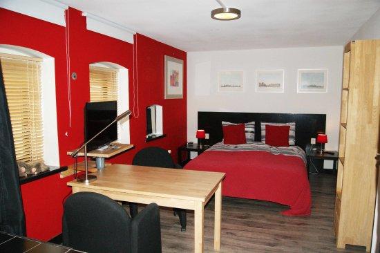 Maasland, Belanda: de romantische rode kamer met open badkamer