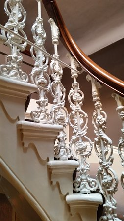 Hand and Flower Hotel: Staircase