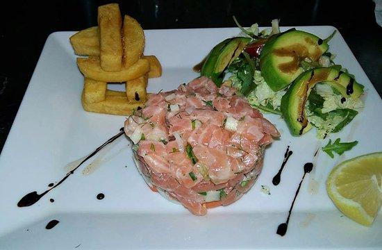 La Garde, France: Tartare de saumon avec panisse et salade