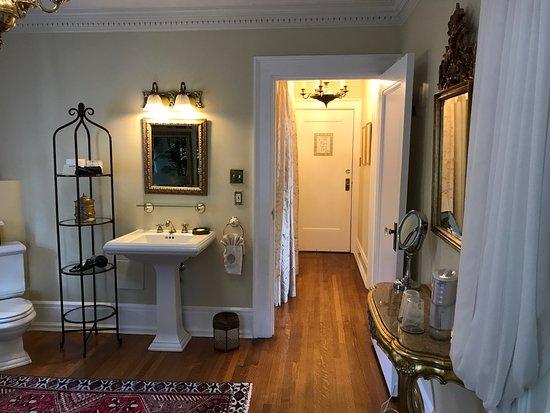 Villa Marco Polo  Inn: Zanzibar Suite bathroom, view from shower