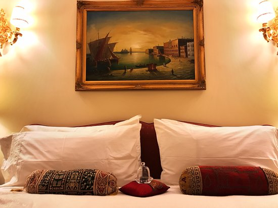 Villa Marco Polo  Inn: Zanzibar Suite, view of bed with daily chocolates