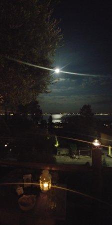 Moniga del Garda, Italie : panorama di luna piena sul lago