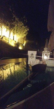 Moniga del Garda, Italie : riflesso di luci su di un tavolo