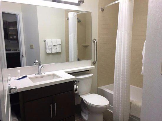 كاندلوود سويتس سيراكيوز: Guest Bathroom 