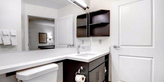 Candlewood Suites East Syracuse - Carrier Circle: Guest Bathroom