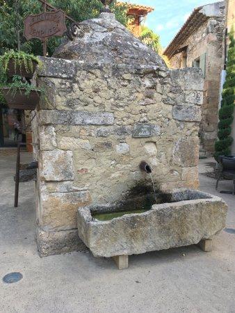 Richerenches, France: la terrasse du restaurant est auprès de cette fontaine