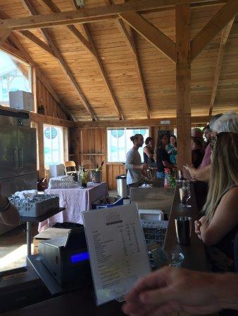Dunham, Canada: Chapiteau en bois où il fait bon s'assoir et y manger