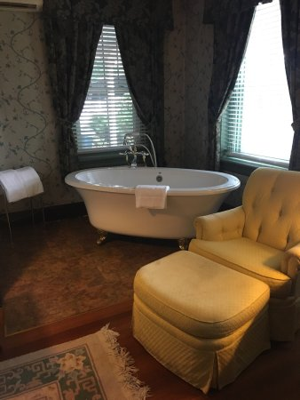 Mount Joy, Pensilvania: These photos show a small portion of Cameron Estate Inn's historic charm and beauty! It was the