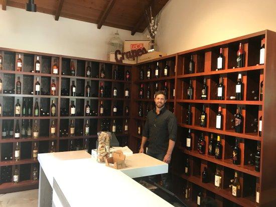 Lodi Wine & Visitor Center: lots of wine to taste!