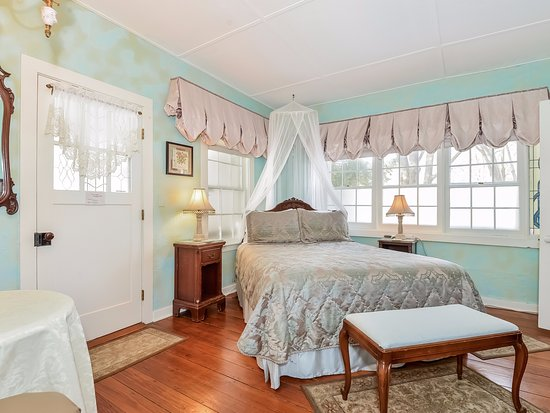 Saugatuck, MI: Susan B Anthony Suite, door opens for private hot tub access exclusive for guests of this suite.