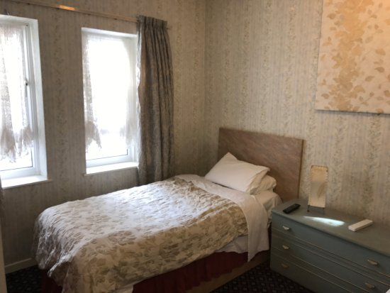 Blencarn Hotel: single bed, dated furniture
