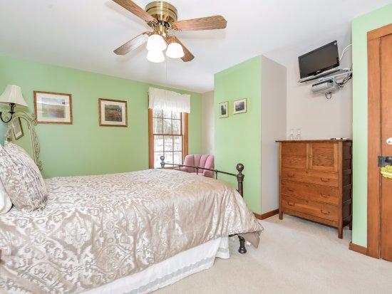 Saugatuck, MI: Pearl's Room with full private bath