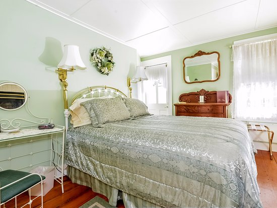 Saugatuck, MI: Phoebe Suite features a fireplace, large soaking jetted tub and bath with shower