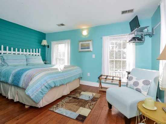 Saugatuck, MI: Tamar's Room features include full private bath and lots of sunshine