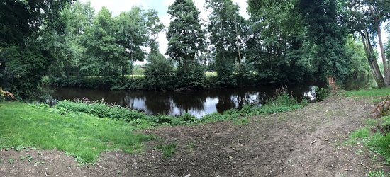 Llansantffraid-ym-Mechain, UK: Lovely grounds and as well as a river where you can go fishing.