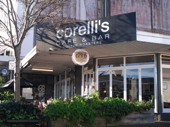 Corelli's: L'entrée du café avec la terrasse.