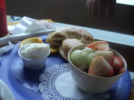 Blue Moon Cafe: bagel, cream cheese, fruit