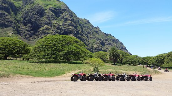 Kaneohe, Hawái: This is the staging area for the ATV tours. The mountain in the back makes for a stunning backdr