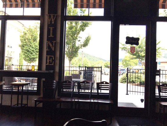 Ooltewah, เทนเนสซี: View from our table - the left side of the interior, looking out. Plenty of seating outside.