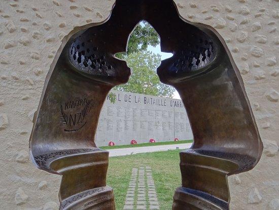 Le mur mémorial rappelle le coût humain de la Bataille d'Arras