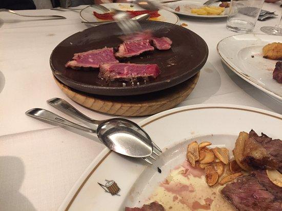 Asador Donostiarra: Rindfleisch vorgegrillt und roh für die heiße Keramikschale.