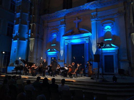 Carpentras, Frankrike: concert sur le parvis de la cathédrale