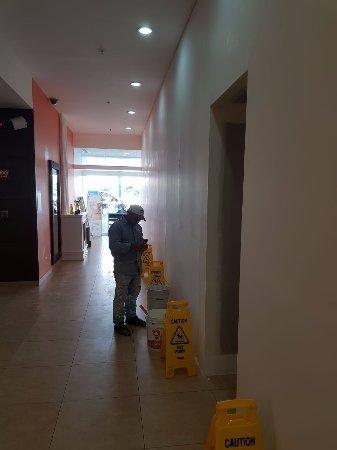 Holiday Inn Express Merida: El personal de remodelacion trabajaba todo el dia