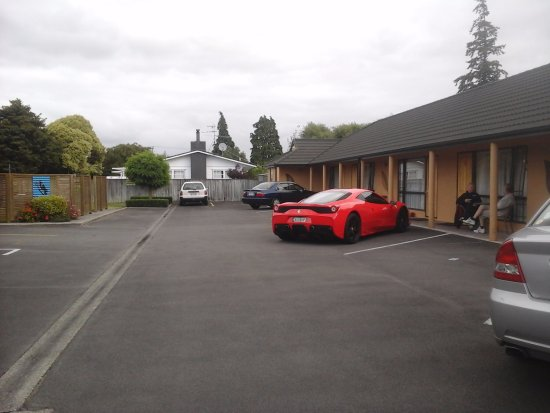 Masterton, New Zealand: Car parking outside each unit
