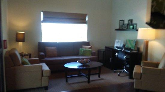 Woodbridge, VA: lobby siiting area
