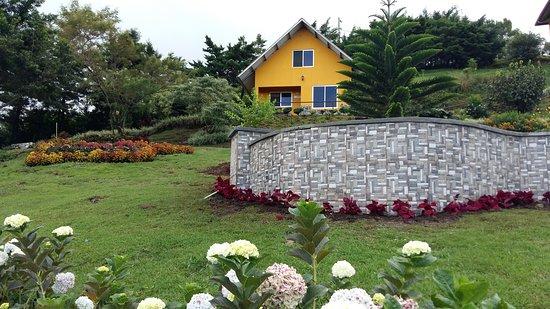 Cabanas El Parador: Jardín y cabaña familiar
