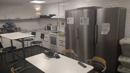 City Hostel: Kitchen area, busy between 17-19 using the hob after 22 was never a problem, be careful & clean