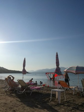 Salamina, Greece: το σύνορο ξαπλώστρα και όχι ξαπλώστρα