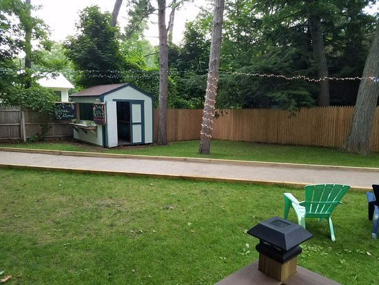 Glen Arbor, MI: Back patio. The shed has additional games to play in the back