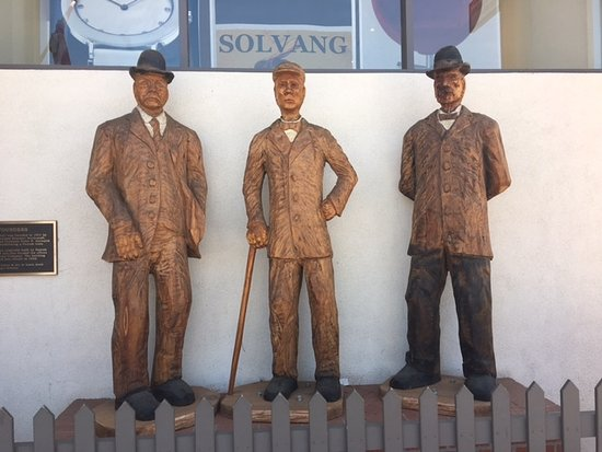 Hotel Corque: Statues of Solvang founders