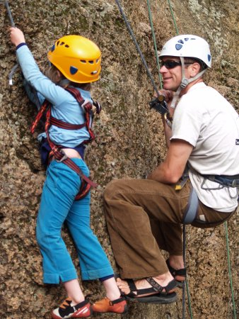 Terrebonne, Oregón: Young climber learning the ropes.  Kids love to climb, and this is their chance to do it safely!